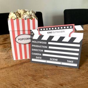Kinogutschein als Popcorntüte und Filmklappe